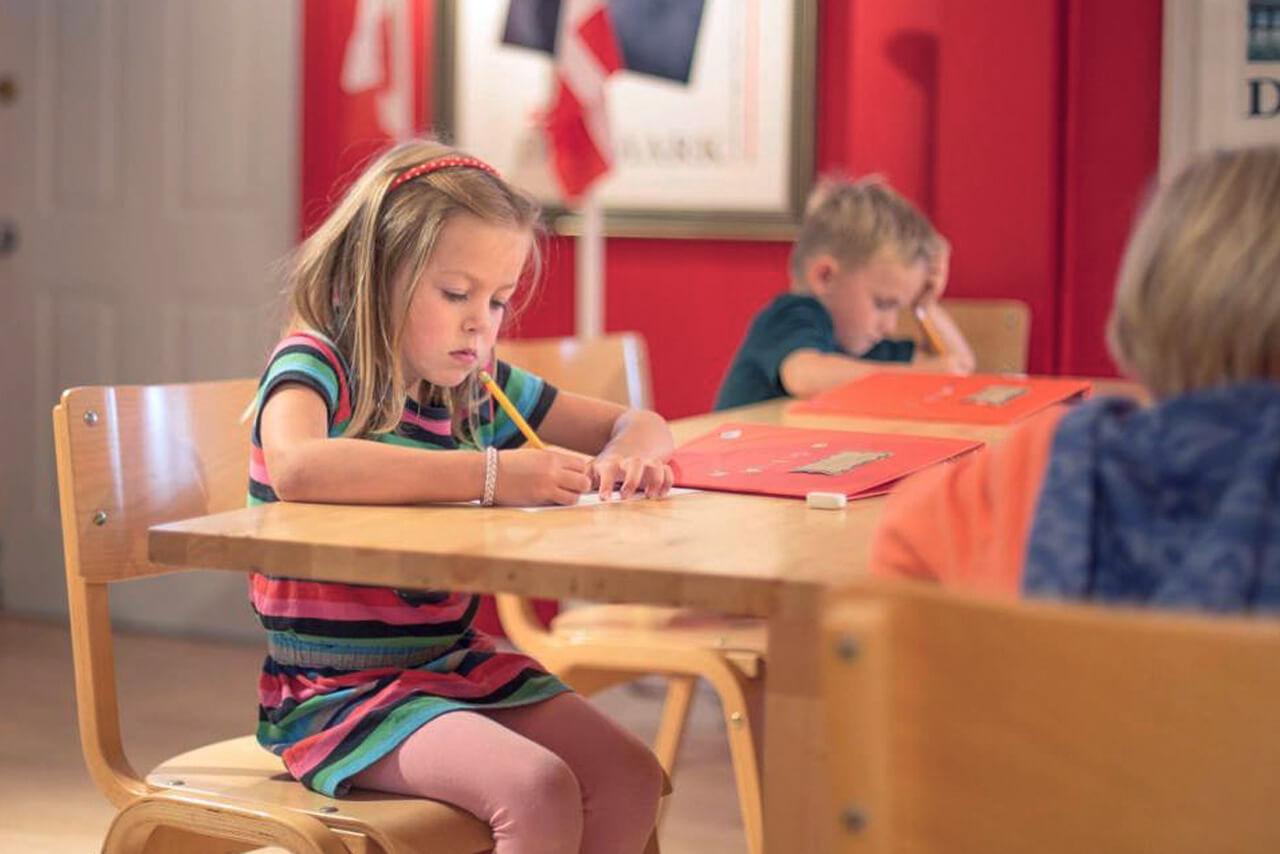 Barn studerar Svenska Distans lilla svenskapaket